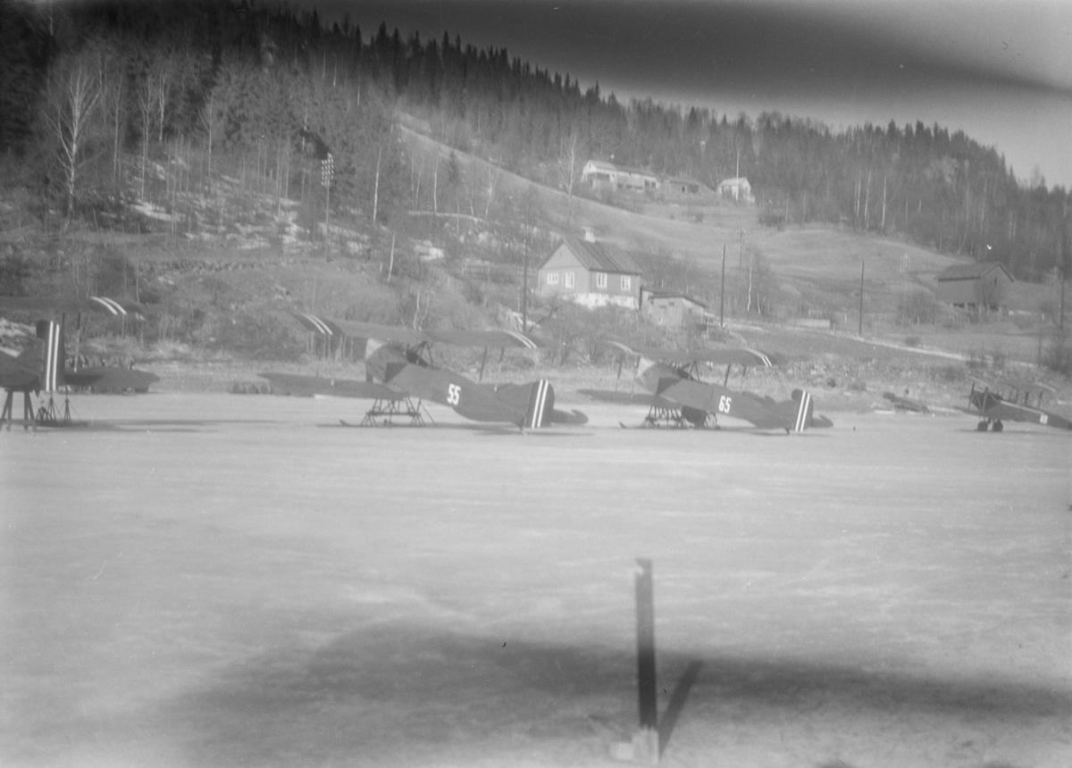 Fly på Mjøsisen i Brettengsvika på Vingnes. Biplan.