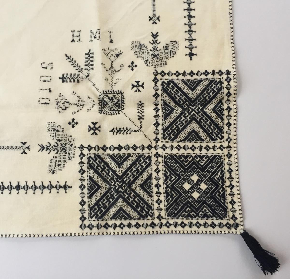 Geometriskt mönster i kvadrater i hörnen huvudsakligen i rätlinjig plattsöm. Två bårder mellan kvadraterna på ryggsnibb och framsnibbar.  På ryggsnibben tre kvadrater och en majstångsspira samt märkning med årtal och initialer. På varje framsnibb en kvadrat och en trekant. Fyra ornament.
