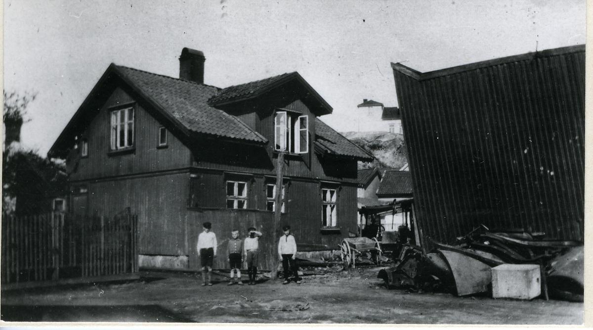 Fredrikstad, Vestsiden, Holmen, Gelertsens gate 6 (eller 4), Seierstensgaten 2, uthus, til høyre) (Anton Nilsens avfallsforretning), Valhalls gate 15 (i bakgrunnen, på fjellet),  Kfr. 252.