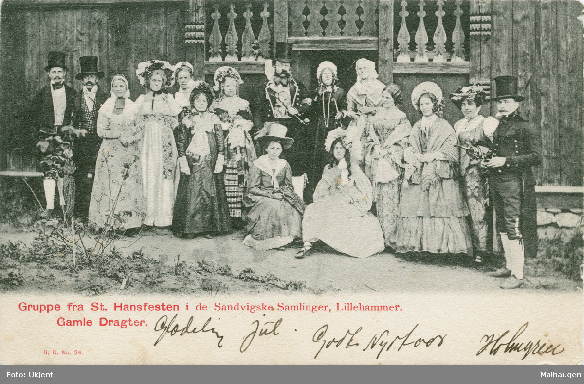Repro: St.Hansfest De Sandviske Samlinger, 1902, gruppe mennesker foran  hus, postkort