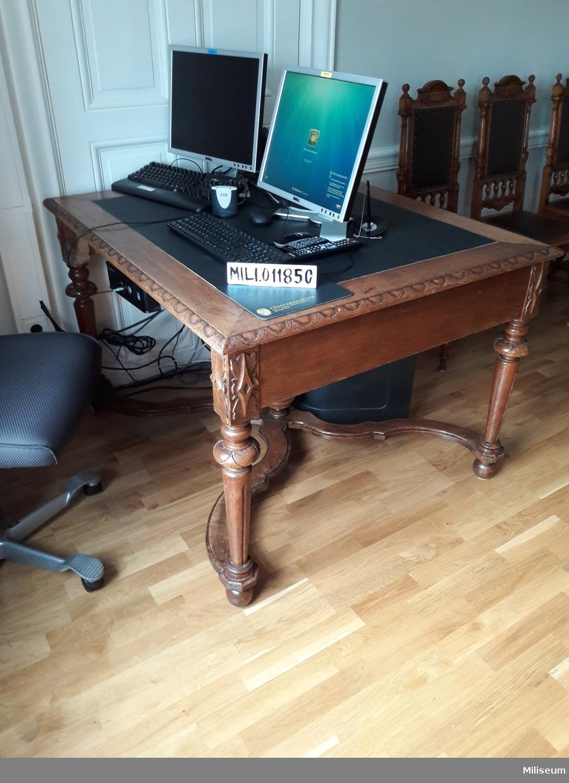 Skrivbord av trä.