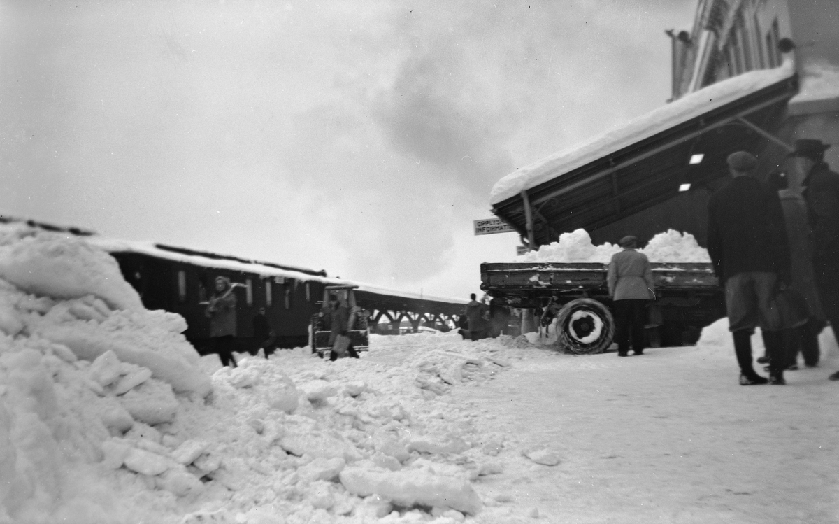 Snøryddingsmannskaper  på Trondheim stasjon.
