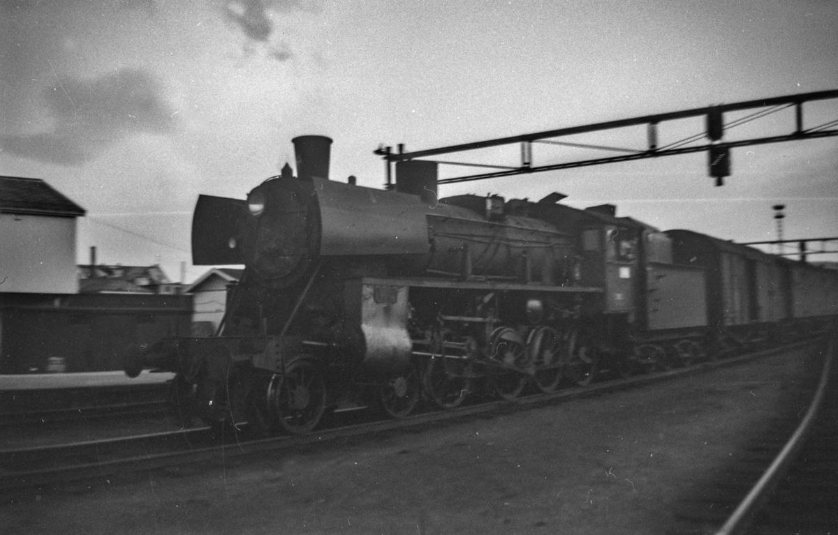 Dagtoget fra Oslo Ø til Trondheim over Røros, tog 301, på Trondheim stasjon. Toget trekkes av damplokomotiv type 26c. .