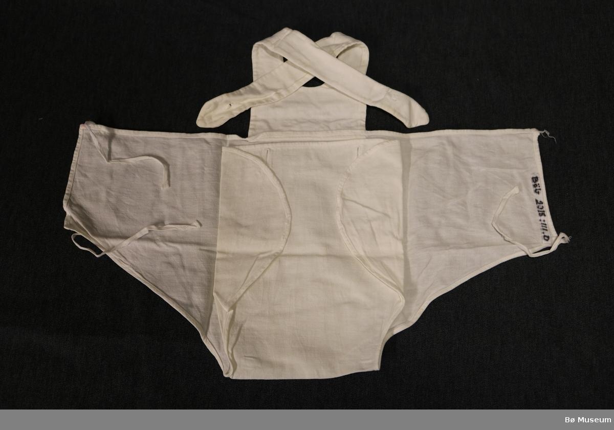 Fire bleiebukser. Buksene har smekke og to selar framme. Smekka har to knappehol og på kvar av sidene er det to knyteband.