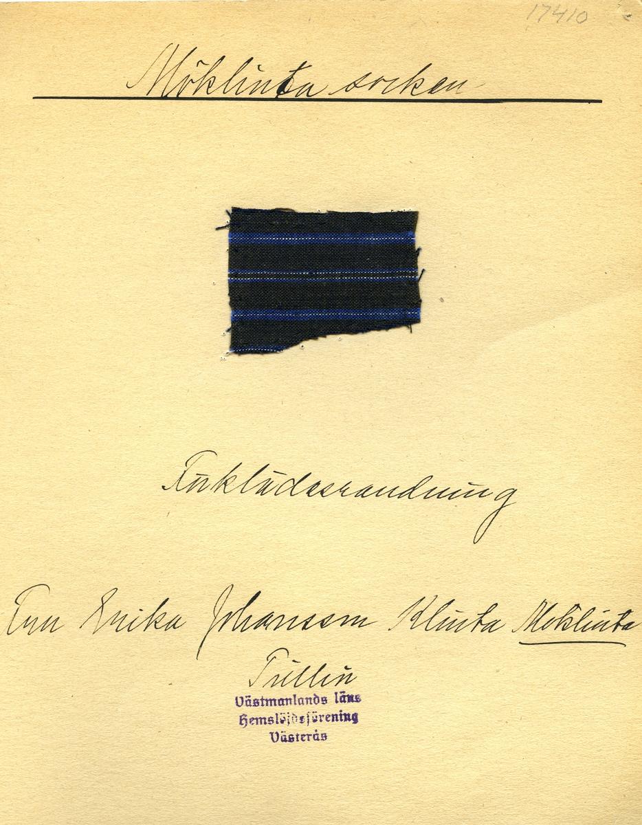 Anmärkningar: Vävnadsprov Olga Anderzons samling. Förklädesrandning. Fru Erika Johansson Klinta Möklinta. Vävprov av bomull i tuskaft, randigt i vitt och blått på mörkblå botten. L. 570 540 Br. 350 450