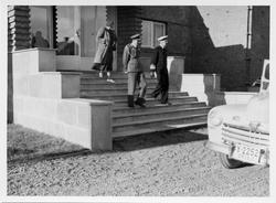 Vadsø. Kongebesøk i Vadsø 1950. Kong Haakon går ned trappa p