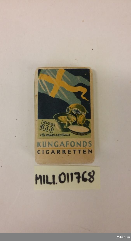 Cigarrettpaket av papper, med innehåll.