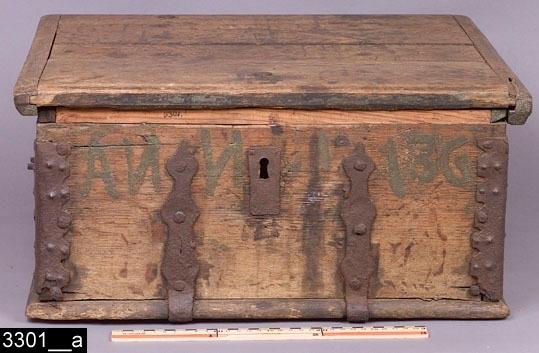"""Anmärkningar: Skrin, målad datering 1736.  Gångjärnsförsett platt lock. Kortsidorna är försedda med järnhandtag. På framsidan finns en nyckelskylt av järn samt den målade påskriften """"Anno 1736"""". Invändigt är skrinet tomt (bild 3301__b). Skrinet bär spår av mörk målning som nästan är helt borta p.g.a. naturlig nötning. Insidan av locket är målat i mörkgrön färg. H:230 Br:495 Dj:455  Tillstånd: Lås och nyckel saknas. Två kompletterade lister av furu (resten av skrinet är av ek). Det vänstra gångjärnet är trasigt.  Historik: Gåva från skrothandare Persson Kopparbergsv. Västerås, 1924.  Negativnummer X-1637"""