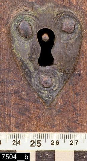 """Anmärkningar: Hörnskåp, målad datering 1769.  Framskjutande avfasat och marmorerat krön. Ovanför och nedanför dörren finns vardera en profilerad nedbottning. Enkeldörr med en spetsvinklig romboid förkroppning med marmorering på mitten. Målad påskrift """"ANO 1769 O P S"""" på dörren. På dörren finns också en hjärtformad nyckelskylt i mässing (bild 7504__b). På sidorna finns förkroppningar som är identiska med den på dörren. Invändigt två hyllplan samt ett lås i järn med tillhörande nyckel (bild 7504__c). Profilerad sockellist. H:935 Br:610 Dj:370  Tillstånd: Sidosockellister saknas.  Historik: Satt fastspikad i ett hörn, Simanbo, Kila sn. Köpt genom Intendent Drakenberg augusti 1930, 15 kronor. Skåpet tidigare felmärkt med inventarienummer 25571. Skåpet finns avbildat och beskrivet i Västmanlands fornminnesförenings årsskrift 1950, s14-15.  Negativnummer A-4060"""