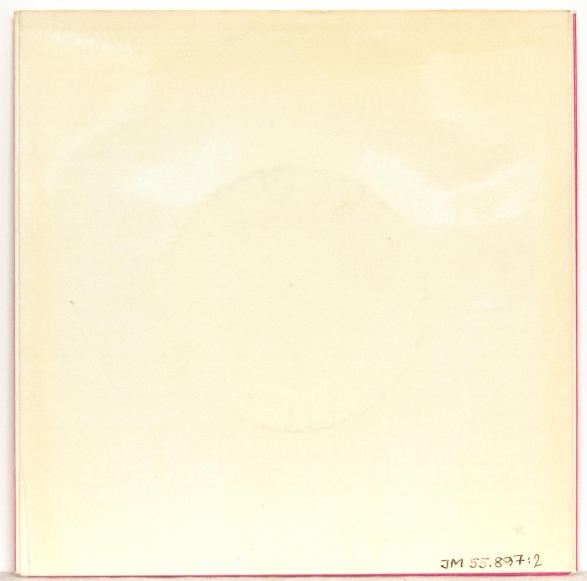 """EP-skiva av svart vinyl med svart pappersetikett med silverfärgad tryck text, i omslag av blankt papper. Omslaget är tryckt i färgerna rosa, svart och vitt. På framsidan svart-vita fotografier på kören respektive dirigenten, och text. Baksidan är enfärgad vit.  JM 55897:1 EP-skiva, Sirius, EP 516 A-sidan: 1. Var finns en vän som Jesus? A. H. Ackley, (övers. D. Hallberg) arr. Olle Widestrand 2. Kärlek från vår Gud (J.P. E. Hartman) 3. Var är Du? (L. Sandell - Berg - O. Ahnfelt) arr Olle Widestrand Immanuelskören, Jönköping. Dir.: Olle Widestrand  B-sidan: 1. Jag vill hellre ha Jesus (R. F. Miller - G. B. Shea) arr. Olle Widestrand 2. Har Du intet rum för Jesus? (C. C. Williams) arr. Olle Widestrand Immanuelskören, Jönköping. Dir.: Olle Widestrand  Text runt pappersetiketten: """"Alla rättigheter förbehållas producenten Resp. ägaren till det inspelade verket * Offentligt utförande, radioutsändning och kopiering av denna skiva utan auktorisation förbjudes""""  JM 55897:2, Omslag """"Immanuelskören Jönköping  Dirigent: Olle Widestrand 45 EP Sirius EP 516"""""""