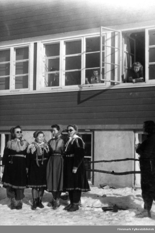 Her sees bl.a. Dokka og Sofie. Familiealbum tilhørende familien Klemetsen. Utlånt av Trygve Klemetsen. Periode: 1930-1960.
