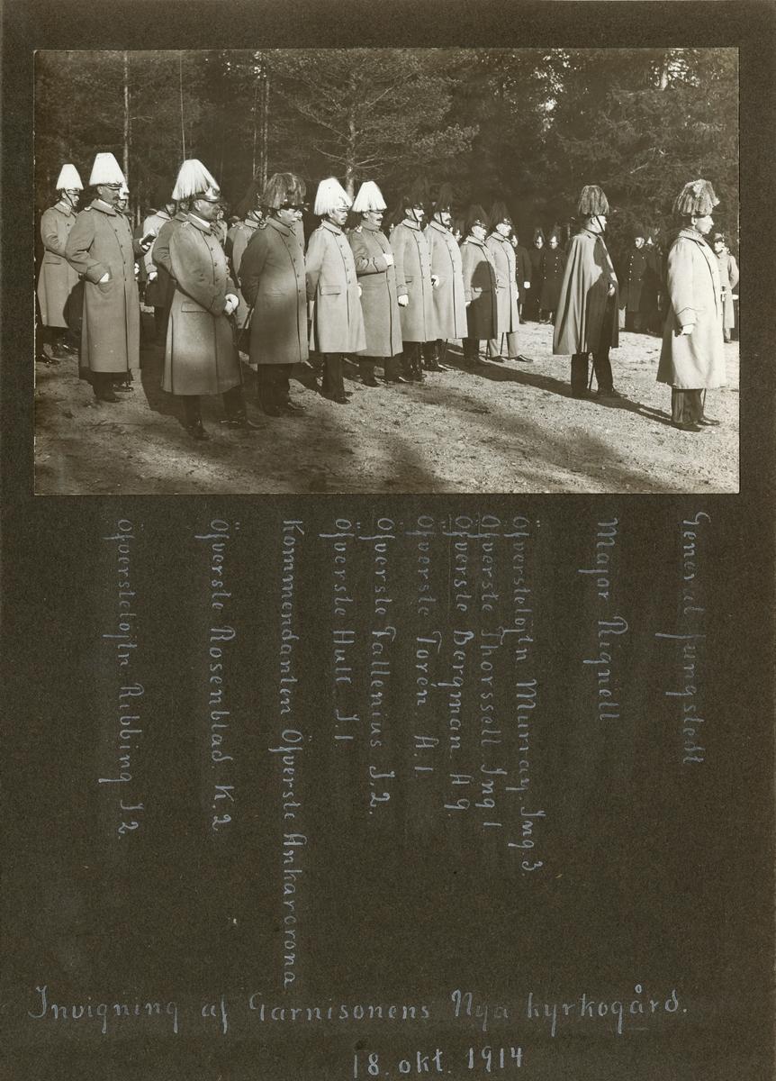 """Text i fotoalbum: """"Invigning af Garnisonens Nya kyrkogård 18. okt. 1914.""""  På bild, från höger: General Jungstedt, Major Rignell, Öfverstelöjnt. Murray Ing 3, Öfverste Thorssell Ing 1, Öfverste Bergman A 9, Öfverste Torén A 1, Öfverste Fallenius I 2, Öfverste Hult I 1, Kommendanten öfverste Ankarcrona, Öfverste Rosenblad K 2. Örvestelöjnt. Ribbing I 2."""
