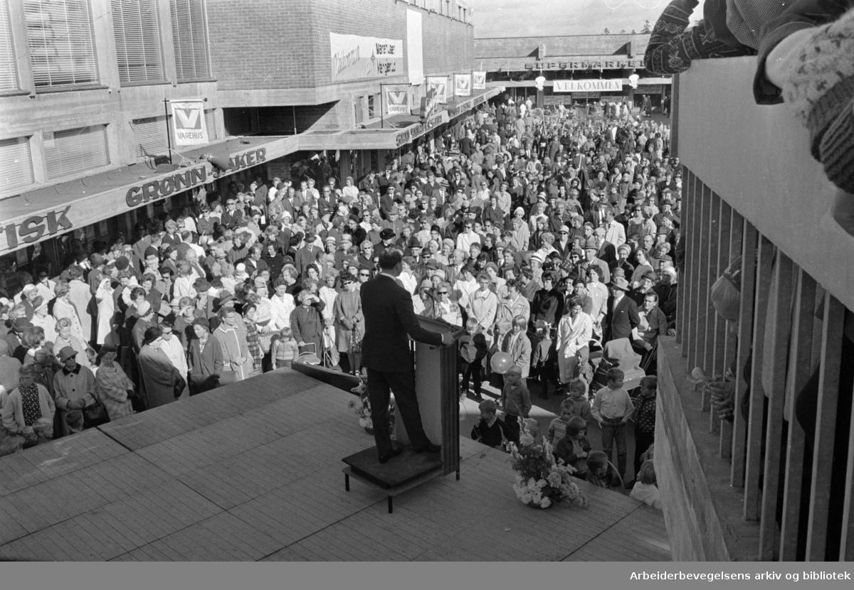 Manglerud senter ble åpnet i går. Obos-direktør Odvar Solberg taler ved åpningen. September 1966