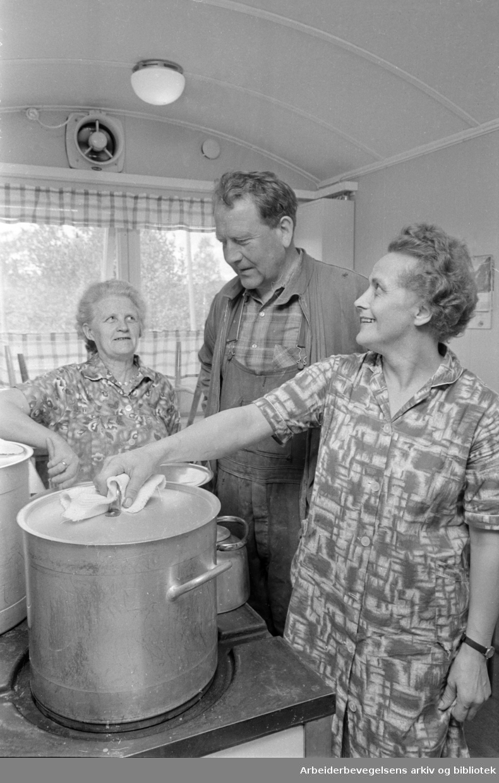 Maridalen: Oset renseanlegg Vil stå ferdig i 1970..Tillitsmann John Østling-Larsen er fornøyd med kokekunsten til Sofie Sibeliussen (t.h.) og Åsne Haugan (t.v.) Juni 1967.