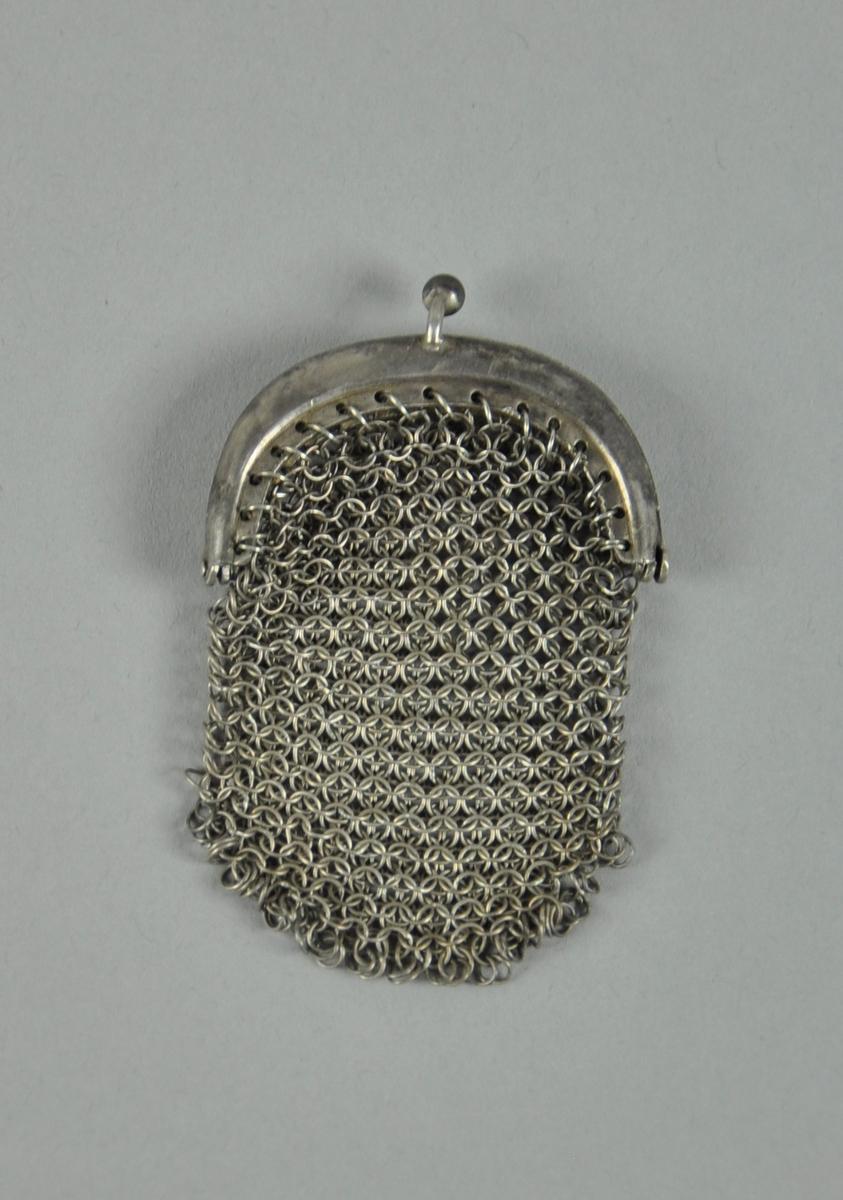 Pung av strikket metall med metallås. Den ene kulen på låsen er borte.