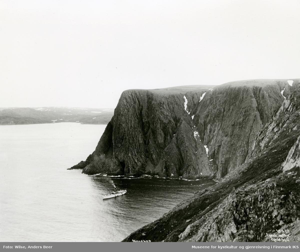 """Panorama. D/S """"Kong Harald"""" i Hornvika. 23.07.1909. (Originalnegativet eies av Norsk Folkemuseum, W 10522)"""