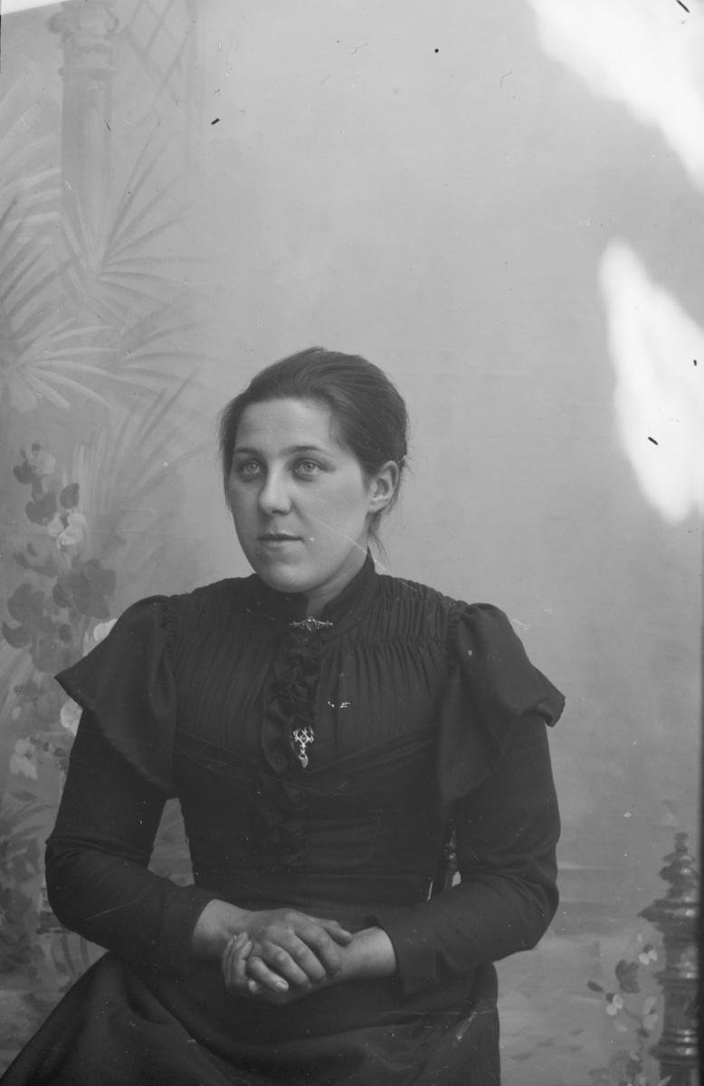 Portrett av  Kari Olsdatter Røssummoen, syerske.
