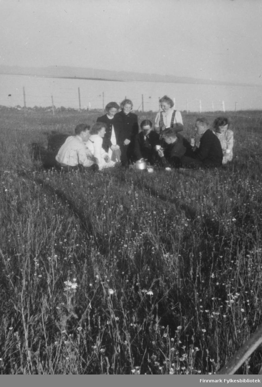 Sommeridyll. I bakgrunnen sees Sandskjær. Familiealbum tilhørende familien Klemetsen. Utlånt av Trygve Klemetsen. Periode: 1930-1960.