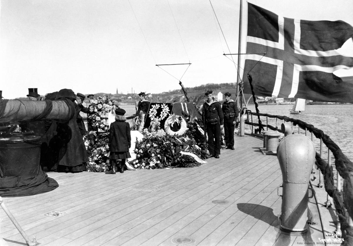 Panserskip, Norge, flagg, blomster, båre,