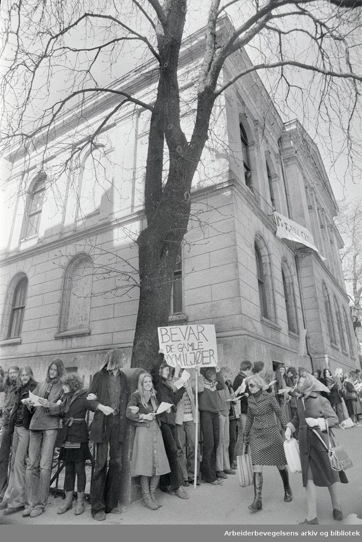 Hammersborg skole. Demonstrasjon av forsøksgymnasiastene og andre som holder til i Hammersborg skole for å få lov til å beholde skolen. April 1976