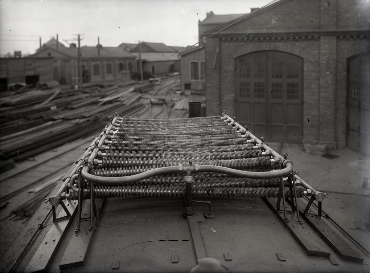 Diesel-elektrisk vagn för MISIJ (alternativt HNJ, SSJ, EKJ). Kylare på taket.Tillverknings år: 1913-1915.