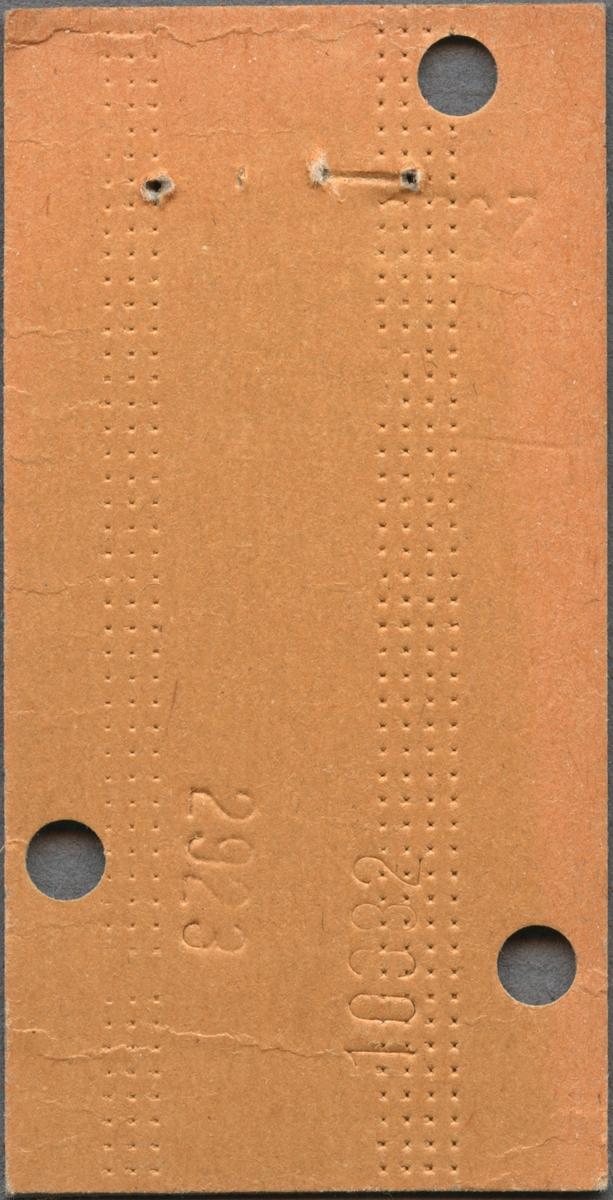"""Edmonsonsk biljett av brun kartong med tryckt svart text: """"SJ Persontåg Halv Tur och retuR Alingsås - STOCKHOLM C öv. Hallsberg 74.-  2"""".  Biljetten har datumet 15 1 72 stämplat högst upp samt tre hål efter biljettång, varav ett har stansats vid bokstaven T. T och R står med en cirkel runt bokstäverna. När biljettången användes blev också 2923, 10382 och 29 präglat på baksidan intill hålen. Biljettnumret 42827 står i nederkant. Det finns sju dubbletter med annat datum, biljettnummer och präglad text efter biljettången, i övrigt identiska med originalet."""