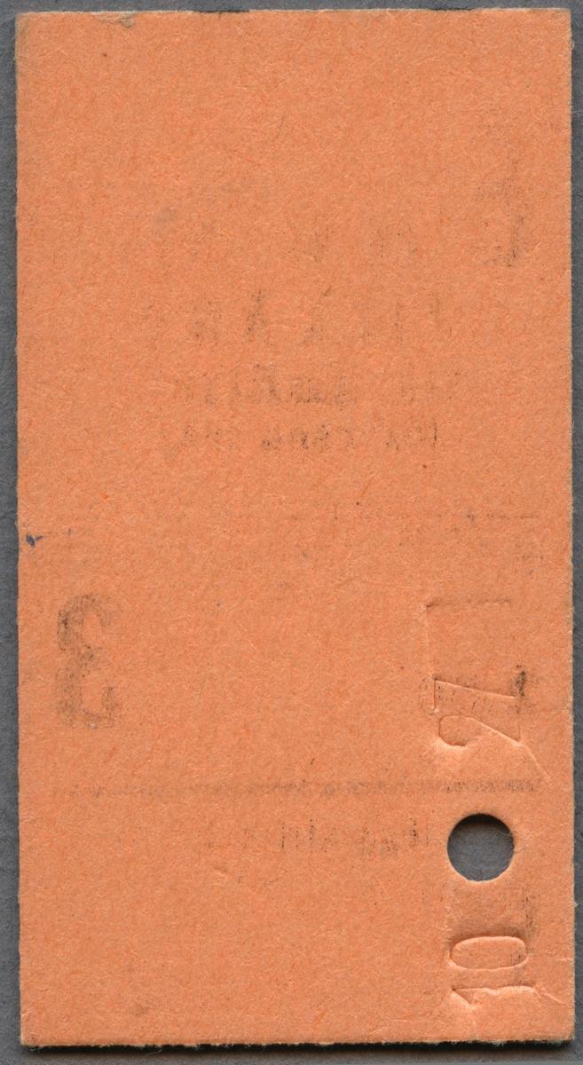 """Edmonsonsk biljett av rödbrun kartong med tryckt text i svart: """"SJ Enkel TILLÄGG till snälltåg för resa från Stockholm 2.50 3 SJ Riksd. Sthlm  E3 00001"""". Avresestationen är handskriven på ett linjerat skrivfält, en svart linje löper tvärs över biljetten en bit ner och det finns ett hål efter biljettång. När biljettången användes så blev också biljetten präglad """"10"""", """"27"""" på baksidan intill hålet."""