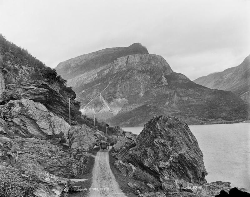 Biletet viser vegen langsmed Vangsmjøse, fjellet er Skudshødn. Fotograf: Knud Knudsen (Foto/Photo)