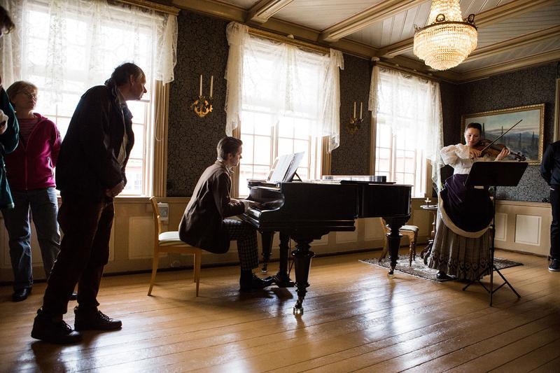 Musikere spiller i alle rom. Foto: Jan Ove Iversen