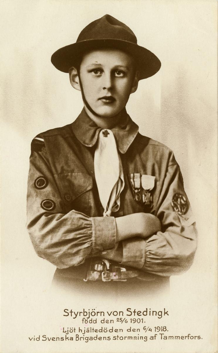"""Text i fotoalbum: """"Styrbjörn von Stedingk född den 25/6 1901. Ljöt hjältedöden den 6/4 1918 vid Svenska Brigadens stormning af Tammerfors""""."""