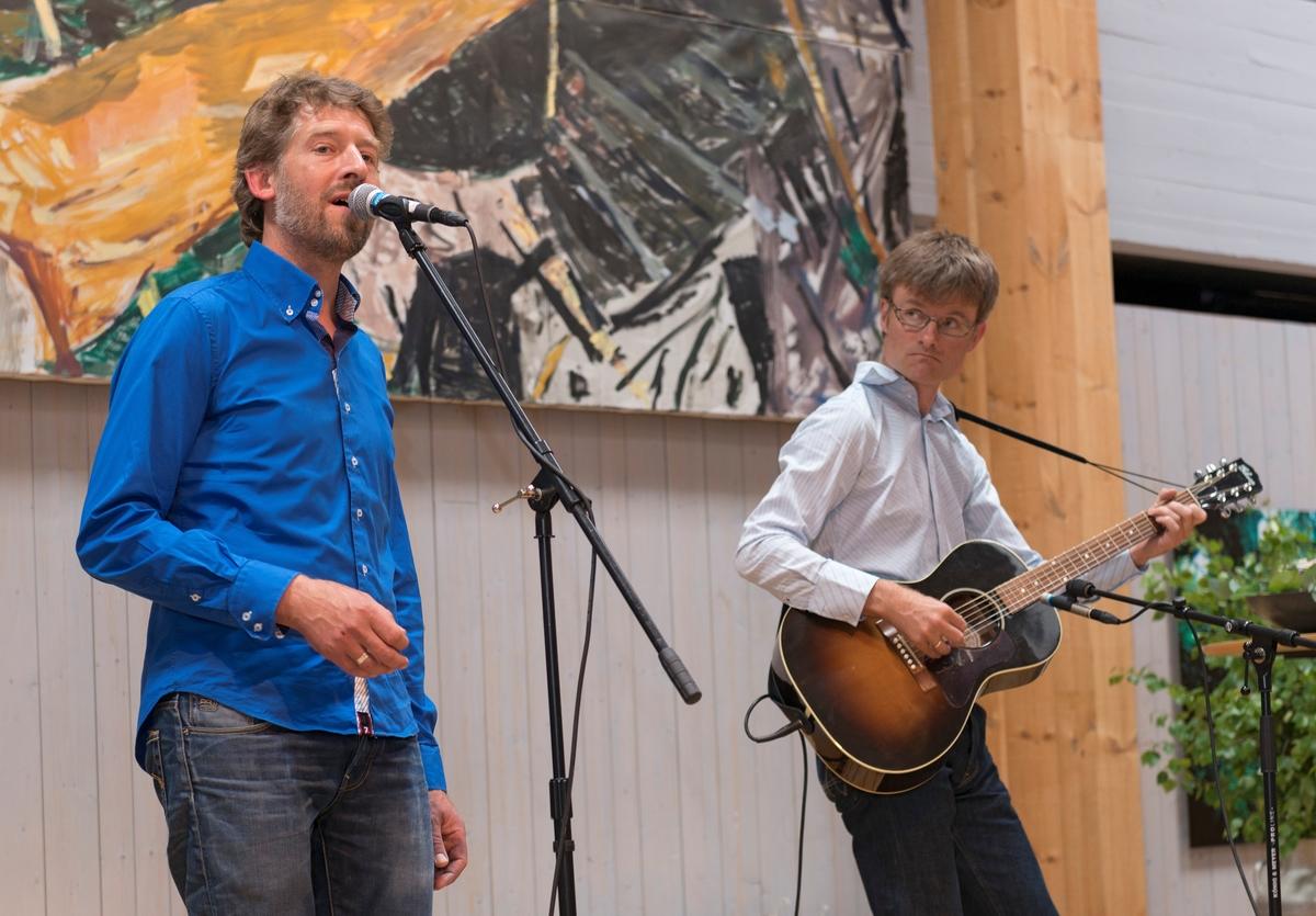 Sangeren Aasmund Nordstoga Og Gitaristen Smund Reistad Underholder Under Pningen Av Norsk Skogmuseums Nye Basisutstilling