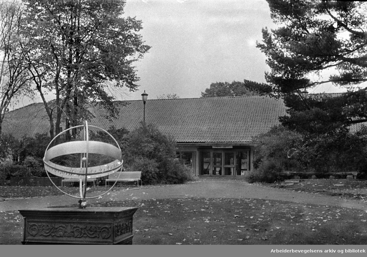 Bymuseet. (Frogner hovedgård). Soluret i hagen. Oktober 1967