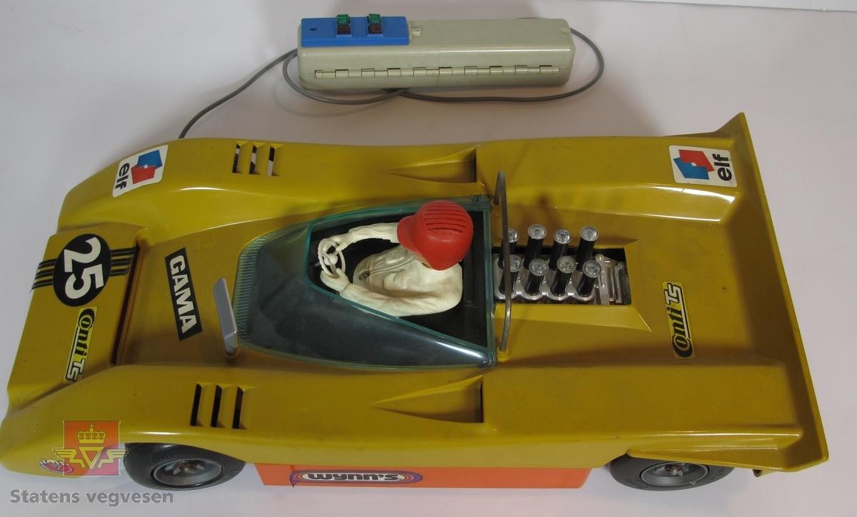 Miniatyr, lekebil. Bilen radiostryrt og er gull farget med tallet 25 på panseret. Skala. 1:11