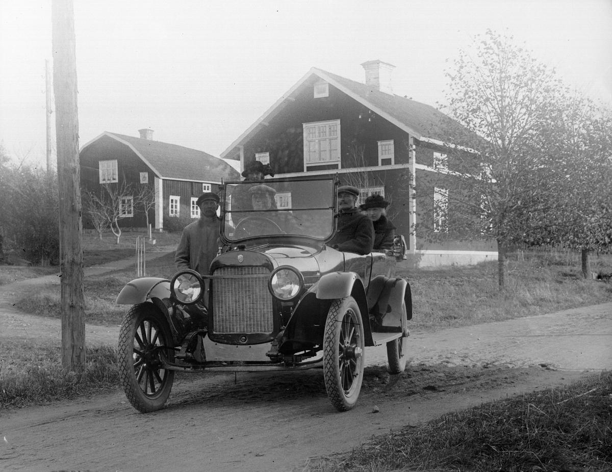 """""""E. O. Vallinder Vallby, Frösthult med sällskap i bilen, något mera rätt framifrån"""", Torstuna socken, Uppland 1921"""