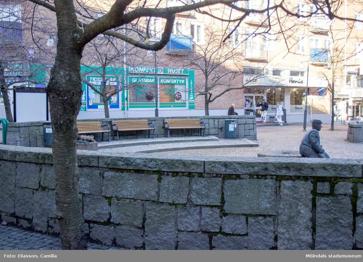 Mölndals torg sett från Brogatan, mellan fastigheterna Havskatten 12 och 17, år 2015. Bild 3: statyn Albert. Bild 4: mot Bergmansgatan. Dokumentation av platsen innan rivning och nybyggnation.