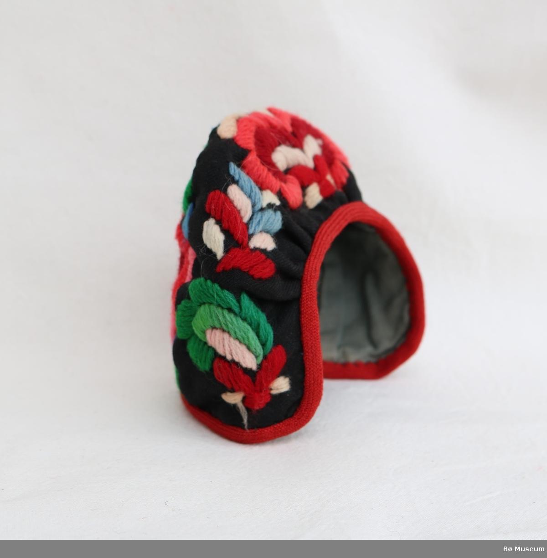 Dokkebunad (a), type Hallingstakk, med lue (b) og belte (c). Broderte hallingroser på livet, skoningen, lua og beltet. Ullband i kanting og trykknapp i beltet.