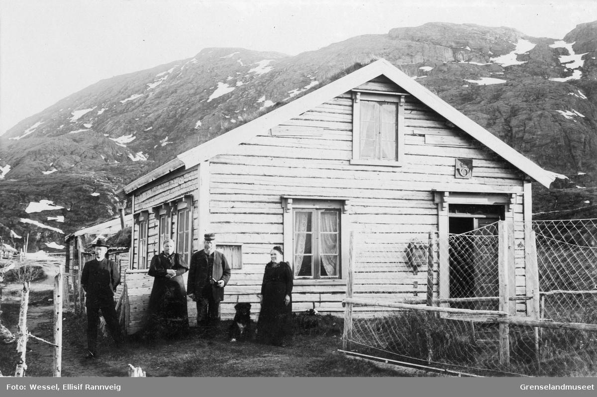 Post og grensevaktens bolig i Grense Jakobselv, våren 1896. Prest Emil Stang Lund, Kristofa Tokle, Carl Peder Olson med frue Marthine fotografert utenfor.
