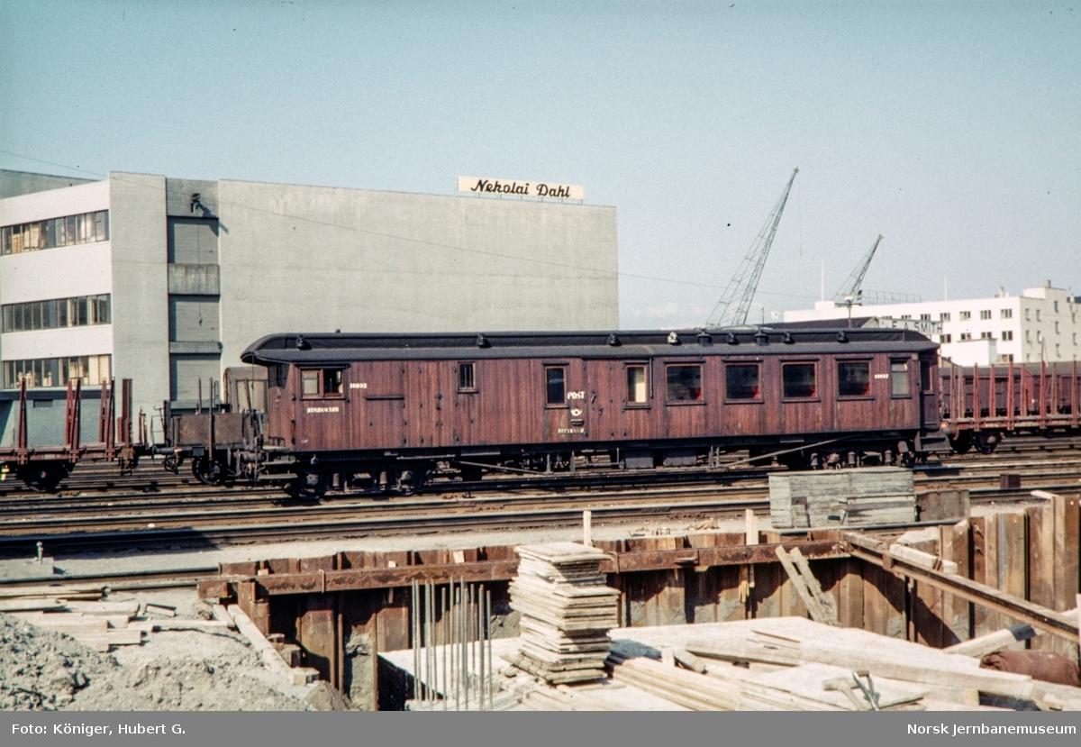 Personvogn med post-, reisegods- og konduktørkupe litra BDFo2-7 type 2 nr. 18092 på Trondheim stasjon.