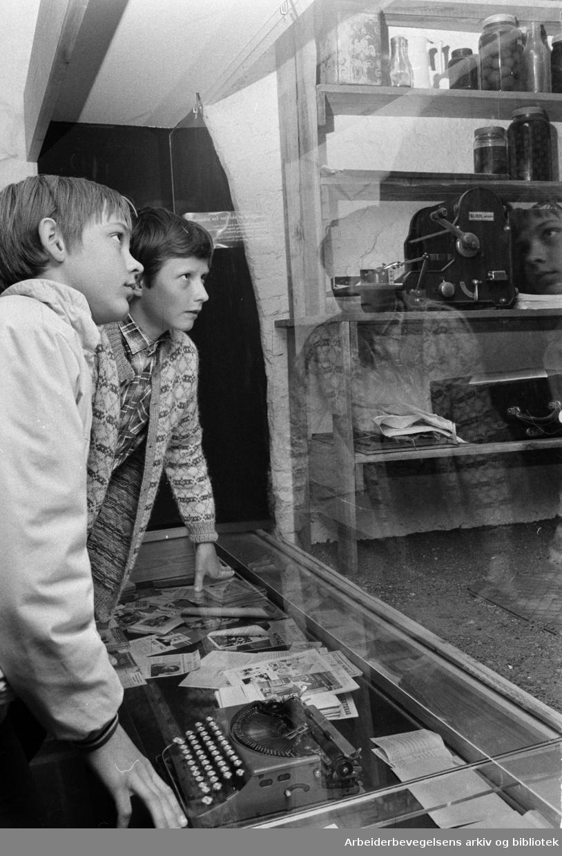 Oslo: Akershus Festning. Hjemmefrontmuseet. Interiør..Klaus Jacob Schive og Dag Christian Bjørnland studerer redaksjonen for en illegal avis. Mai 1972