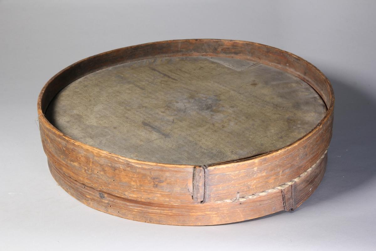 Siktbotten, 2 st, av trä, svepta, med botten av pergament. Bottnarnas undersidor med texter på latin.