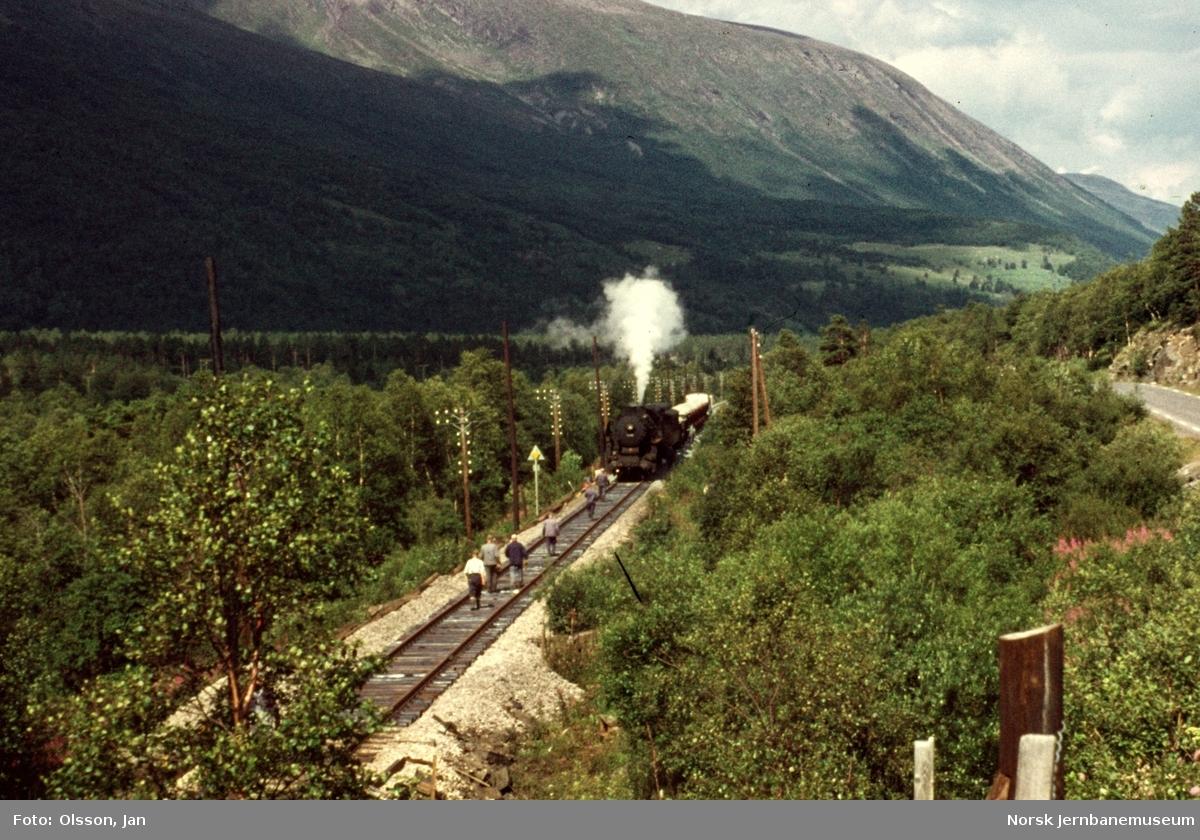 Grustog i Drivdalen. Toget trekkes av damplokomotiv type 63a nr. 5841.