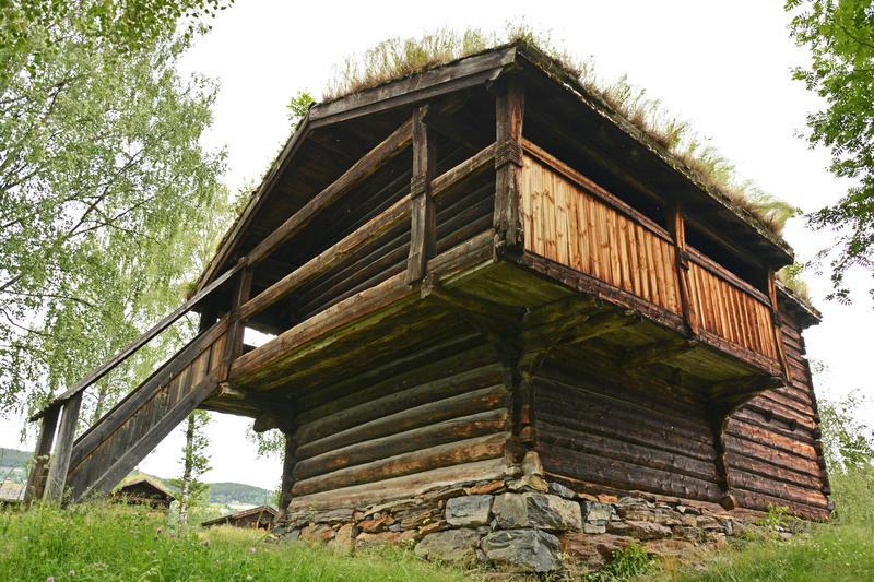 DET FYRSTE HUSET: I 1905 kjøpte Valdres Folkemuseum Handeloftet frå garden Hande i Vestre Slidre. Det har stått på same plass som idag sidan 1917.