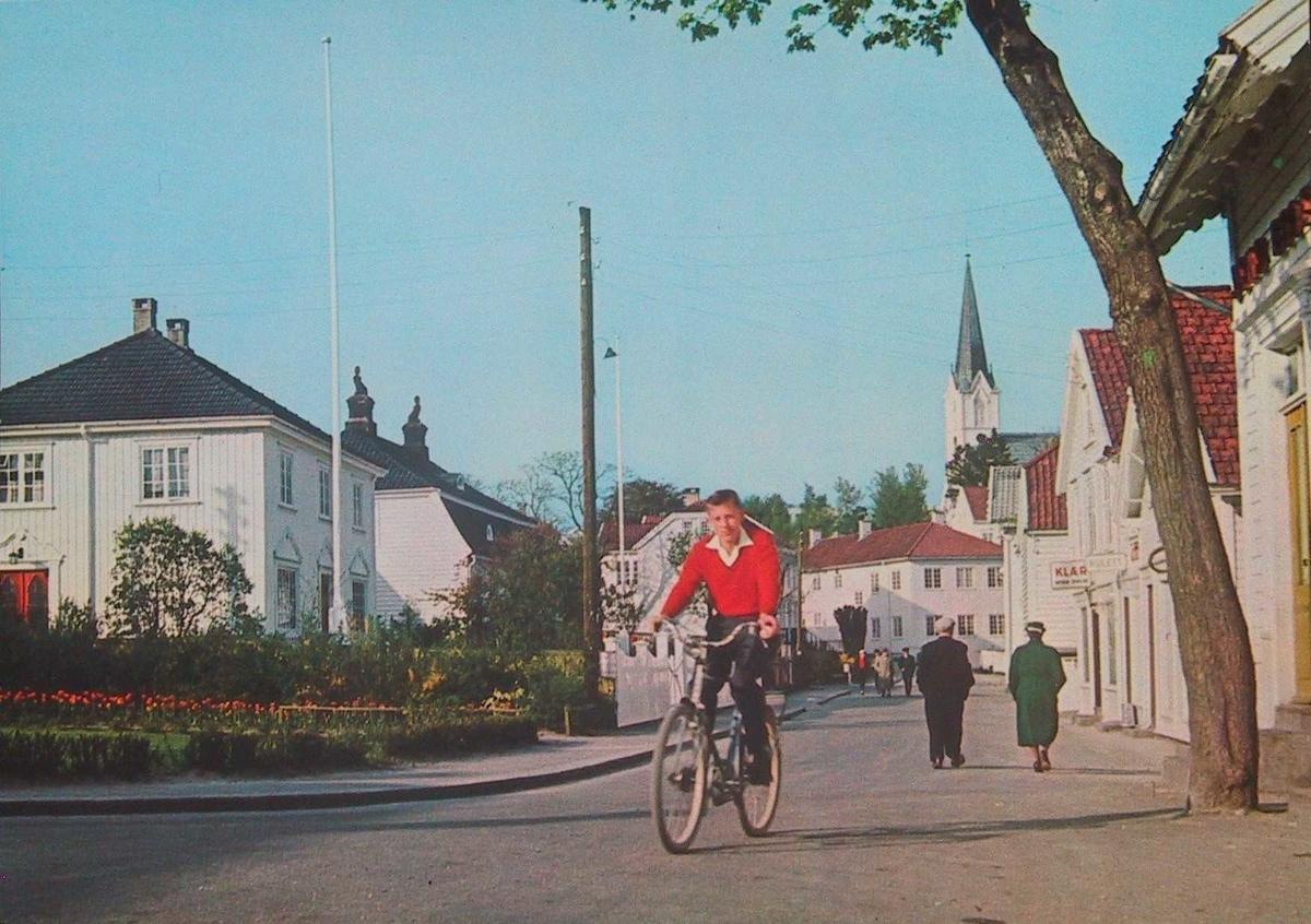 Gaten mot Carl Knudsen gården i bakgr. kirketårn i fonden th. Sy
