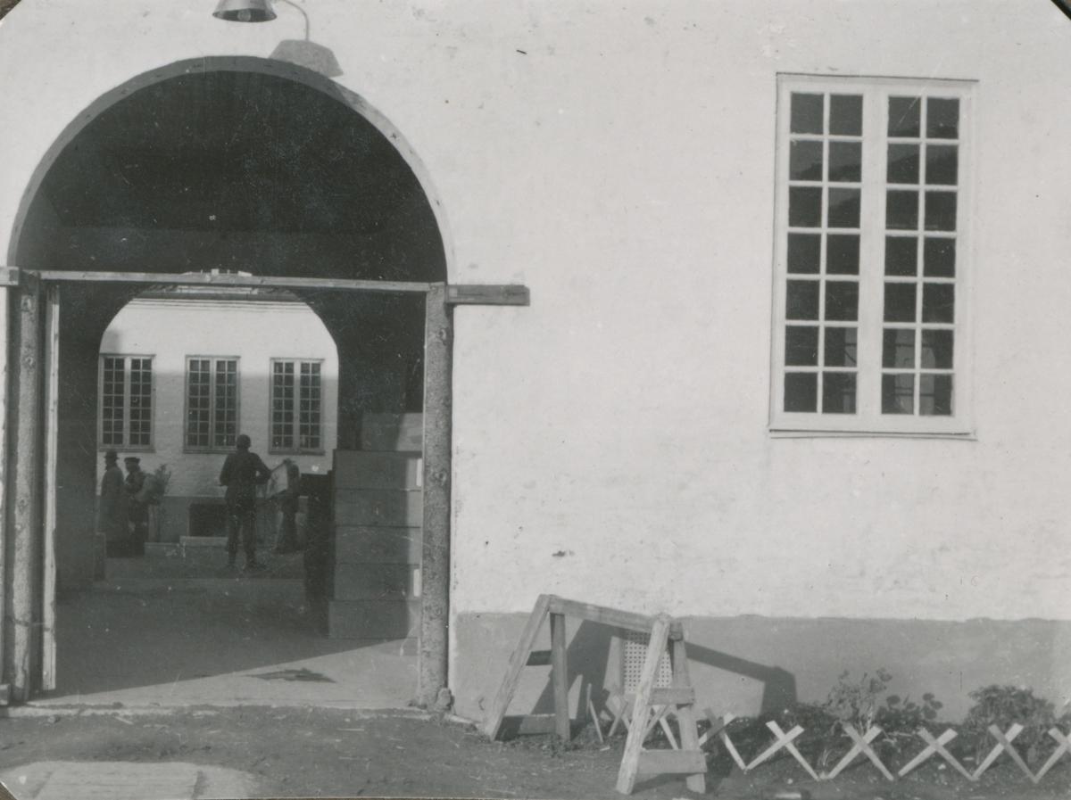 Hovedporten inn til Falstad fangeleir 12. mai 1945.
