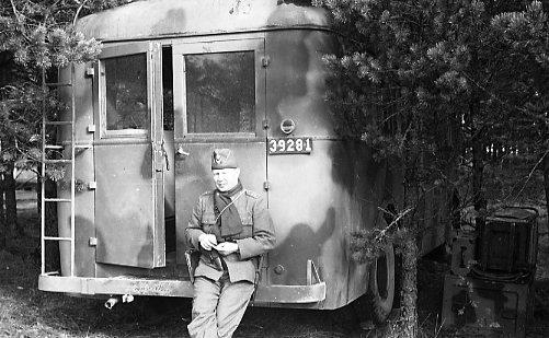 Suneson, styckjunkare, A 6, vid fotobussen.