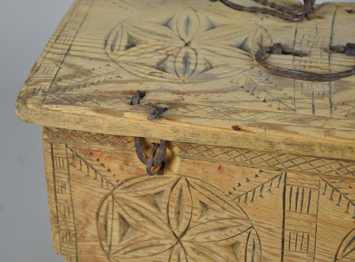 Skrin av tre, med karveskurd på alle flater. Motivene består av seksbladroser, rutenett, streker og bokser. Lokket er hengslet, og på midten er det en hengslet hank.   Hull på framsiden av skrinet tyder på en manglende låsemekanisme. En liten hjørnedel er knekt av.