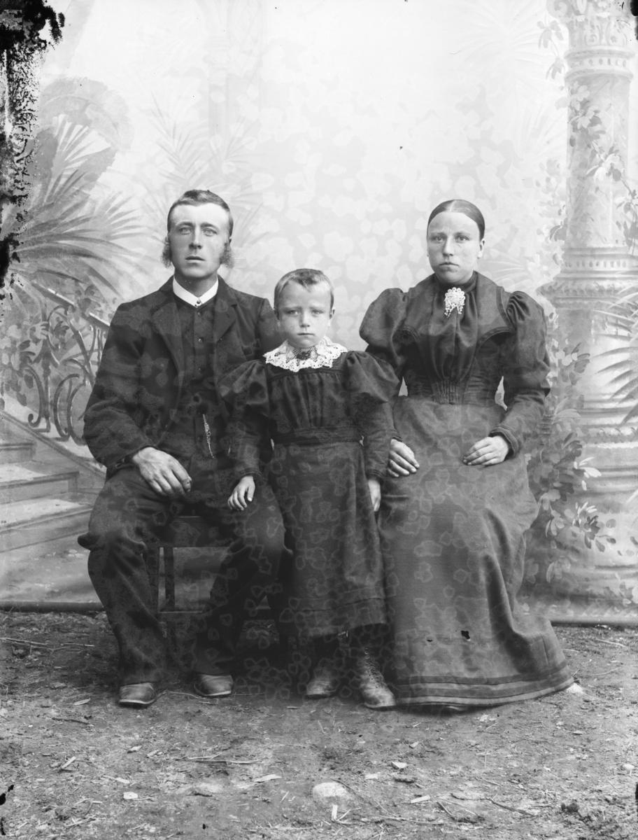 Jakob Tho, født 1868 i Sel, med kone og barn.