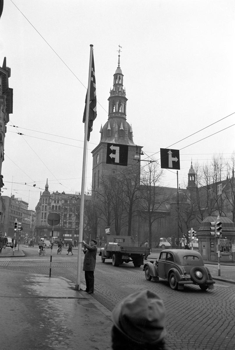 Finlands president Urho Kekkonen ventes til statsbesøk i Norge. I hele Oslo heises det finske flagget. Oslo Domkirke i bakgrunnen.