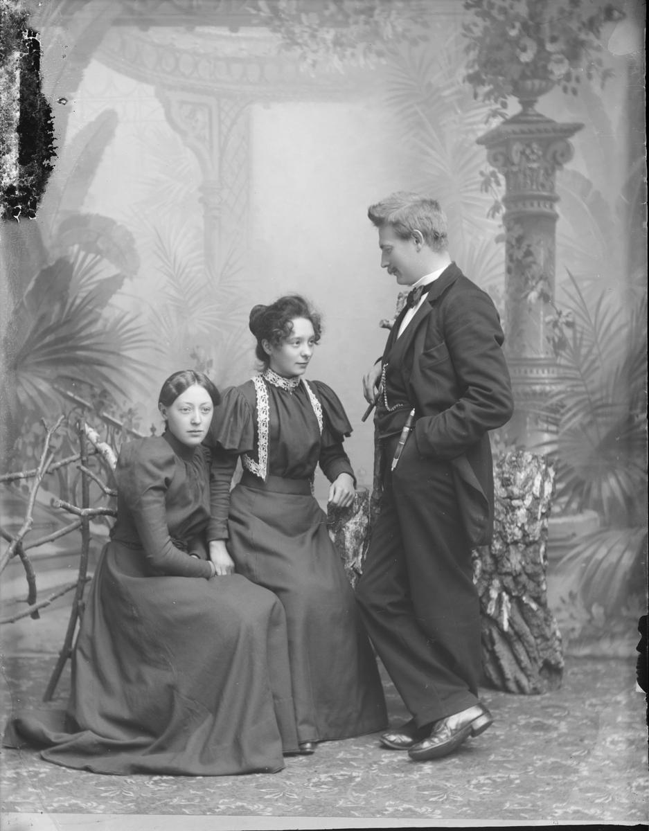 Gruppebilde, helfigur, Thorvaldsen med to kvinner