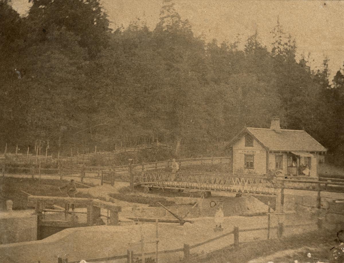 Medfaren men unik vy mot Sturefors sluss. Förste slussvaktare var Carl Erik Rubin och möjligtvis är det han och medlemmar av familjen som kan anas på bilden. Dokumentation inför eller kort efter kanalens öppnande 1871.